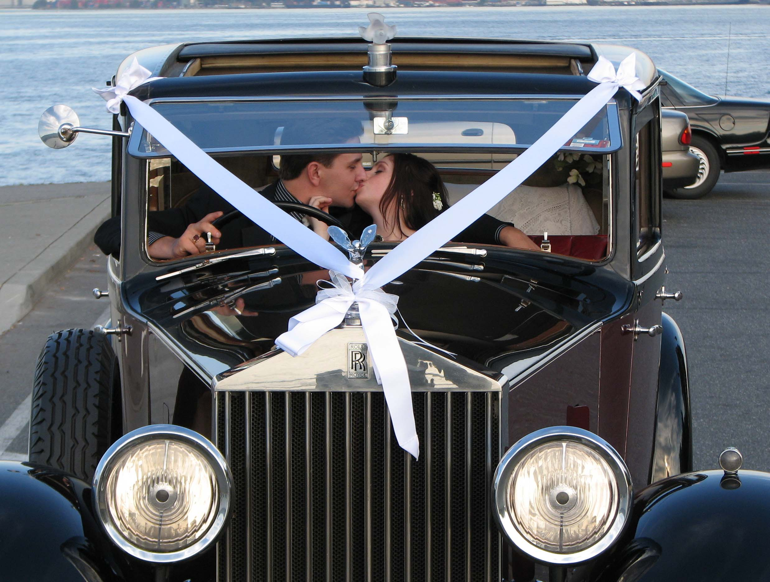 vintage-wedding-cars-1935-rolls-royce-couple-kissing
